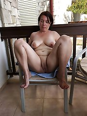 Raunchy mature housewife posing fully naked on picture